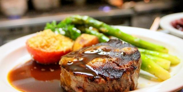 carne a colazione bistecca e salsiccia